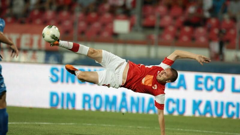 Dinamovistul Cosmin Moti loveste un balon in meciul cu NK Varazdin, din turul III preliminar al Europa League, in Bucuresti, joi, 28 iulie 2011.