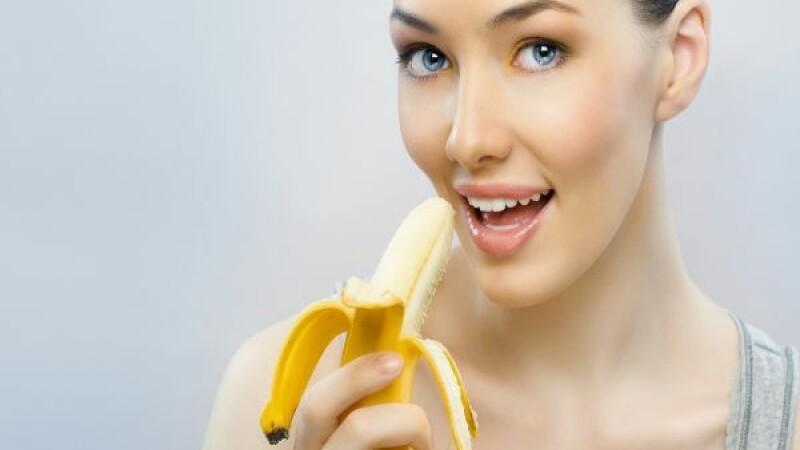 femeie mancand banana