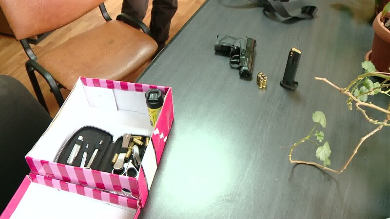 pistol in colet