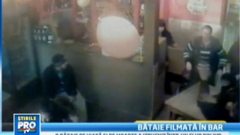 CAMERA DE SUPRAVEGHERE. Au zburat scaunele intr-un bar din Bistrita. Clientii au sarit la bataie