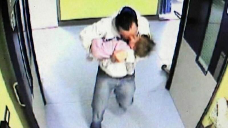 barbat aduce un copil la spital
