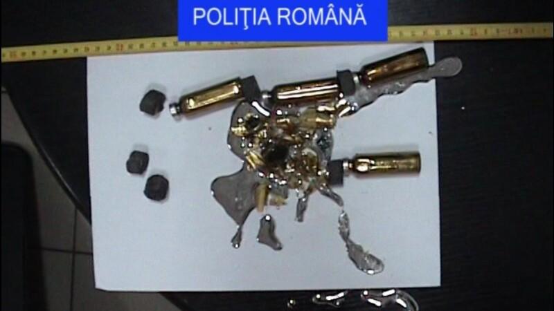 Angajatii Aeroportul din Cluj au gasit asupra unui calator 6 recipiente cu mercur