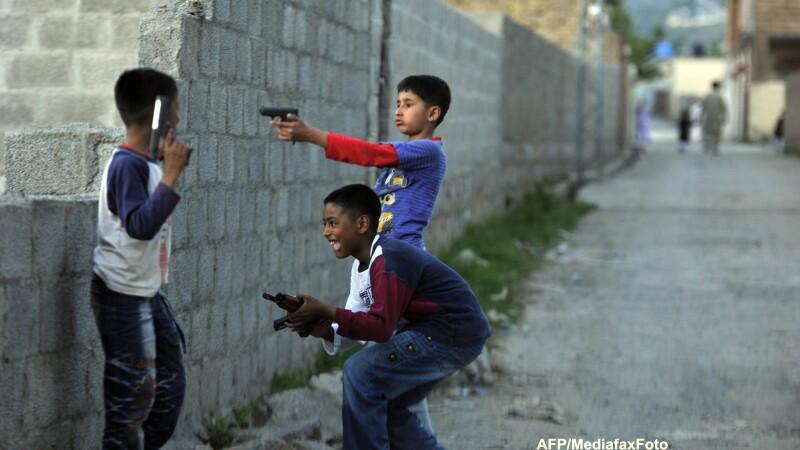 Democratii americani vor sa interzica armele semiautomate dupa atacul de la scoala din Newtown