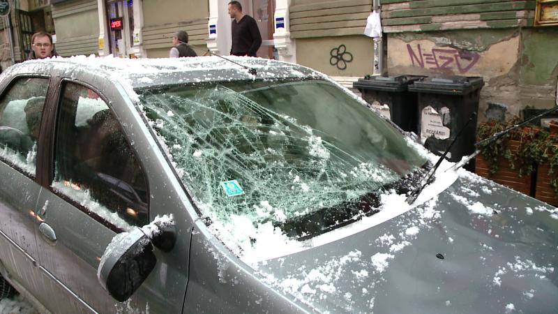 Peisaj de iarna in Timisoara: avalanse de zapada si masini distruse de gheata de pe acoperis