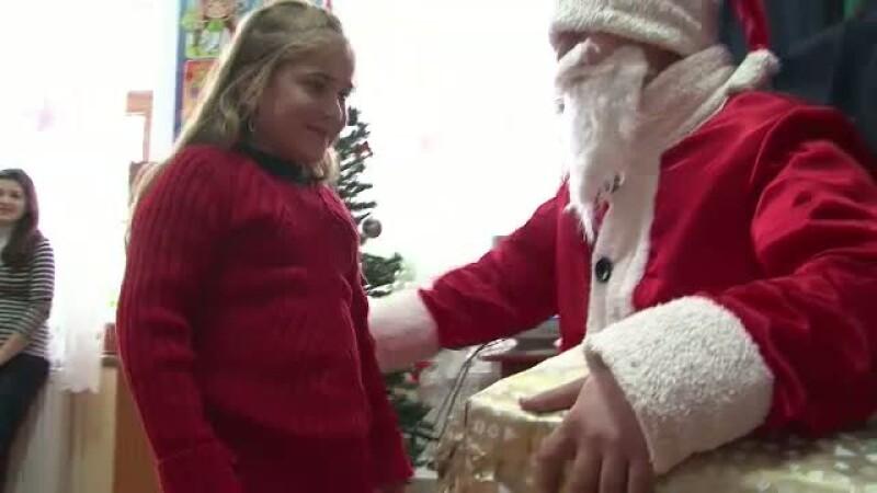 Mos Craciun imparte cadouri