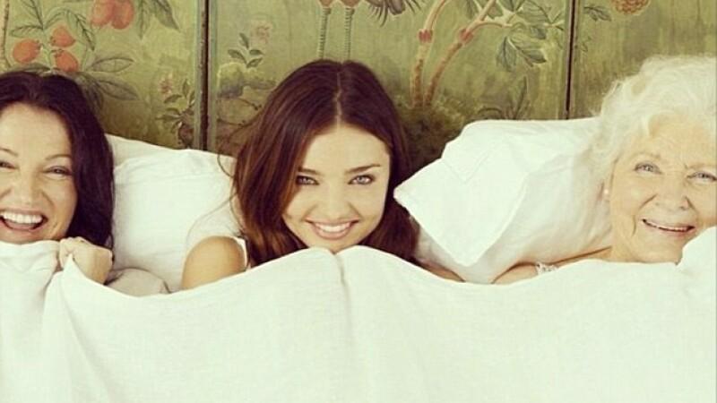 Trei generatii intr-un singur pat. Fotografia speciala facuta de modelul Miranda Kerr