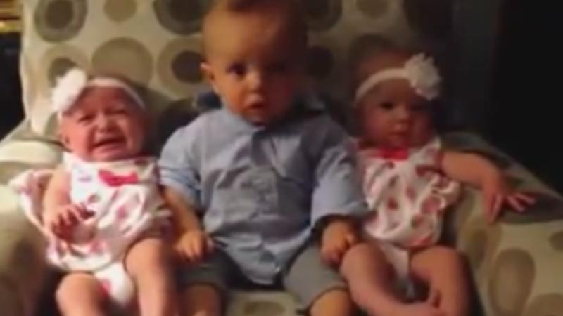 Cum reactioneaza un bebelus cand vede pentru prima data gemeni. Reactia micutului a devenit virala pe Facebook - VIDEO