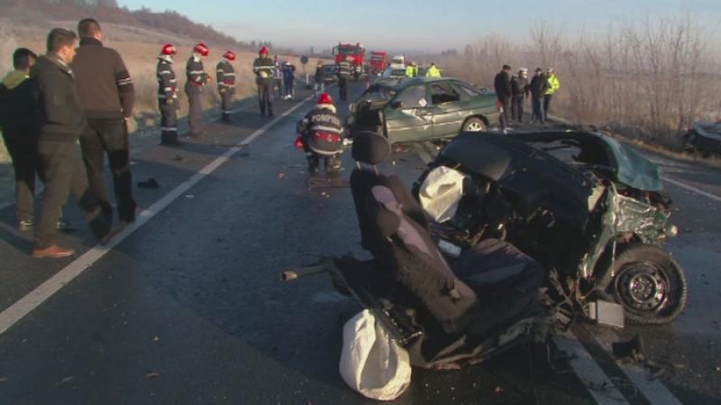 O masina s-a rupt in doua la PROPRIU dupa un accident violent, in Hunedoara. Doua oameni au murit pe loc