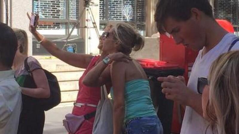 Mania selfie: Oamenii se fotografiaza cu cafeneaua din Sidney in care au fost luati mai multi ostatici