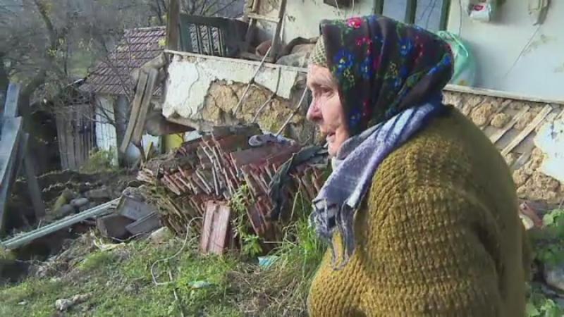 O batrana din Mehedinti a ramas fara casa, dupa o alunecare de teren. Satul terorizat de un