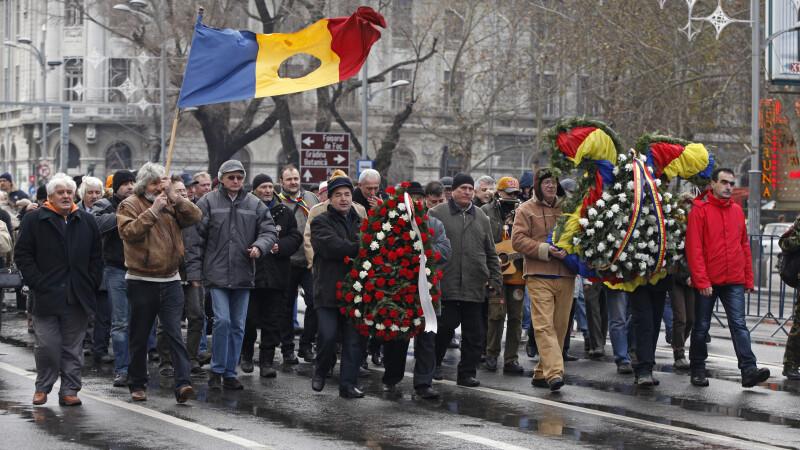 Peste 200 de revolutionari s-au intors in Piata Universitatii dupa 25 de ani de la inceputul Revolutiei de la Bucuresti
