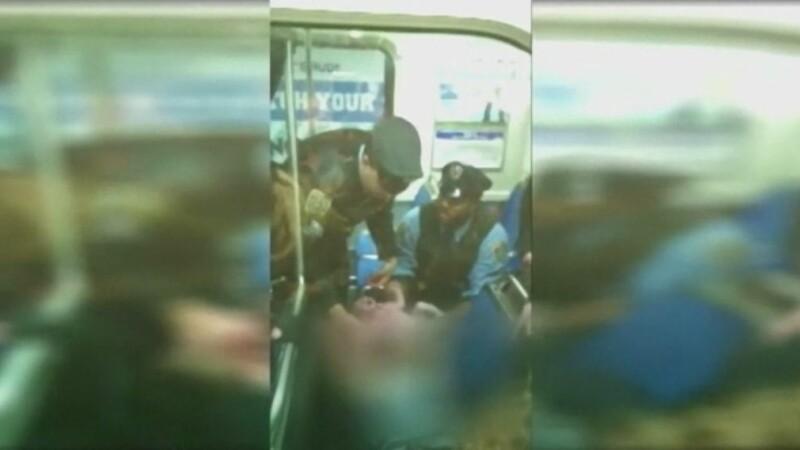 Presa din SUA vorbeste despre un miracol de Craciun. Momentul in care o femeie naste in metrou, ajutata de doi politisti