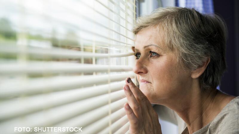 femeie speriata inchisa in casa