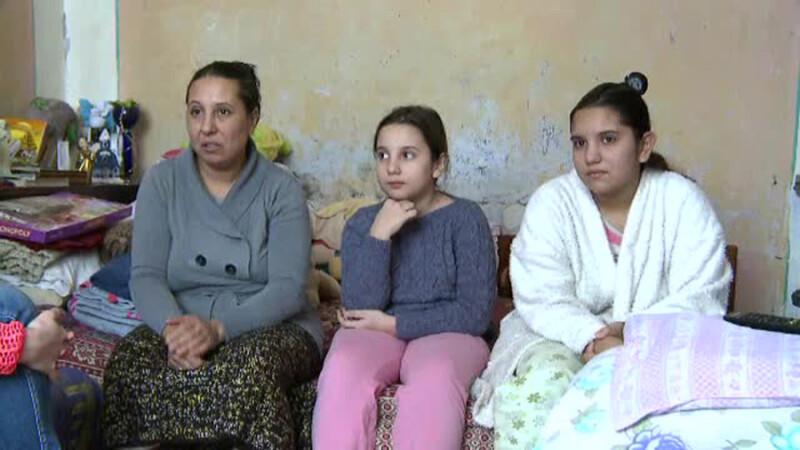 O mama isi intretine 5 fete premiante dintr-un salariu de 300 de lei.