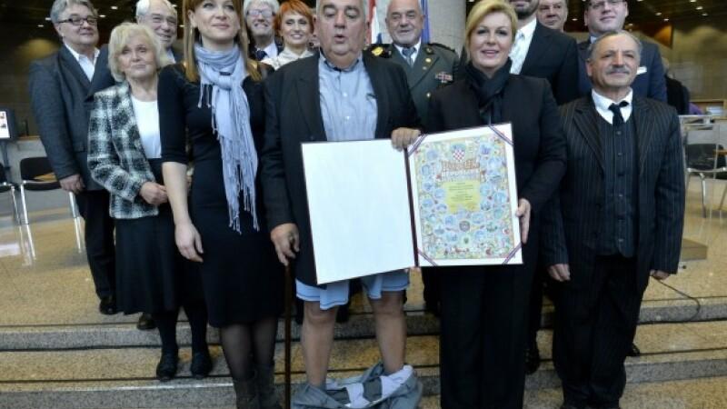 I-au cazut pantalonii chiar in timp ce era premiat de presedinta Croatiei. Momentul stanjenitor, surprins de camere