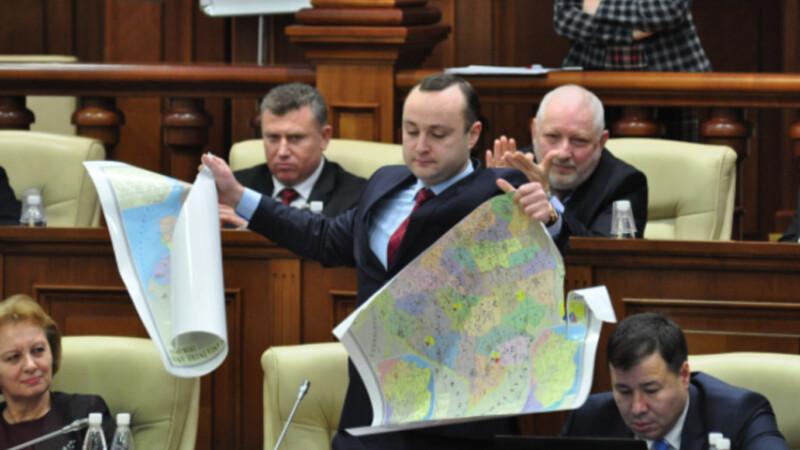 """Un deputat moldovean a RUPT harta Romaniei in Parlament. """"Suntem indignati ca elevii sunt supusi acestui pericol"""""""