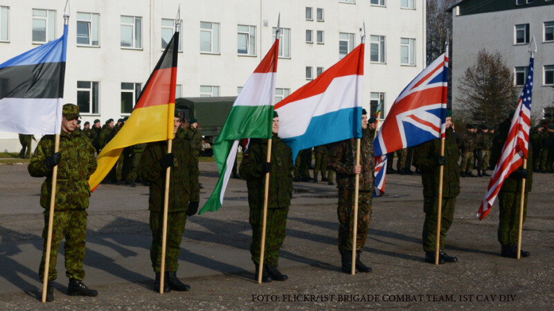 soldati NATO cu steaguri
