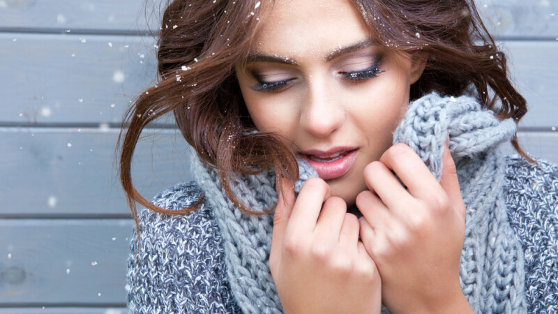 femeie iarna se protejeaza de zapada
