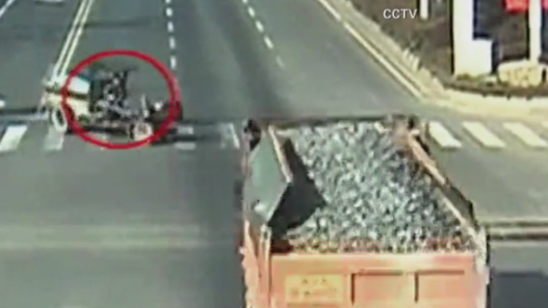 Accident bizar intr-o intersectie din China. Momentul in care un mic tractor a fost spulberat de un camion. VIDEO