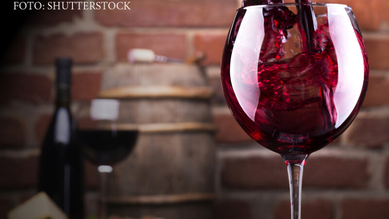 pahar de vin rosu la masa
