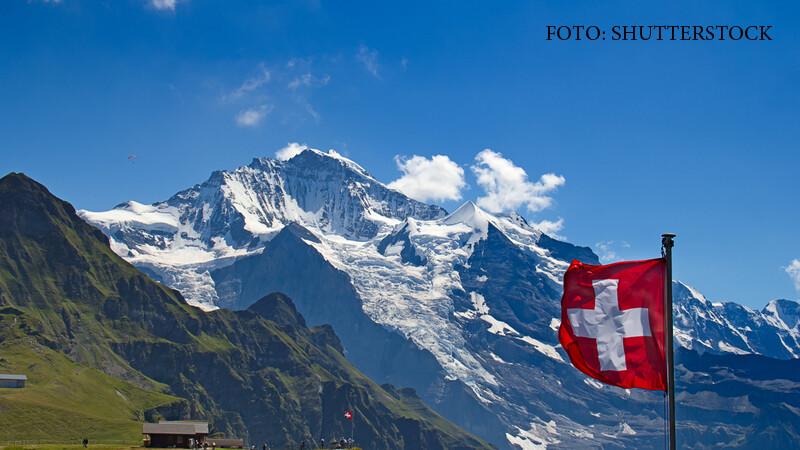 Elvetia, steag pe Jungfrau