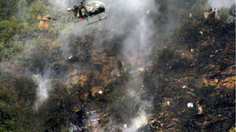Un avion s-a lovit de un munte, in Pakistan. Toti cei 48 de pasageri, printre care si o vedeta nationala, au murit. FOTO