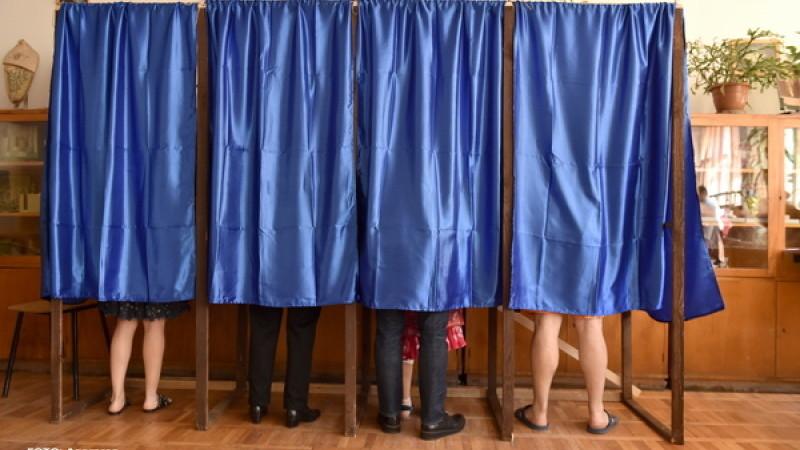 Incidente la referendumul pentru familie. Preot amendat după ce a fost prins lipind afișe interzise
