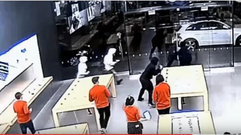 Sapte barbati au jefut un magazin Apple de doua ori in aceeasi saptamana. Cat timp le-a luat. VIDEO