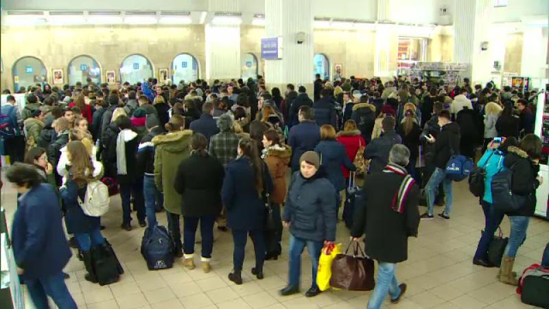 Aglomeratie in Gara de Nord: cozi de elevi si studenti la casele de bilete, din cauza