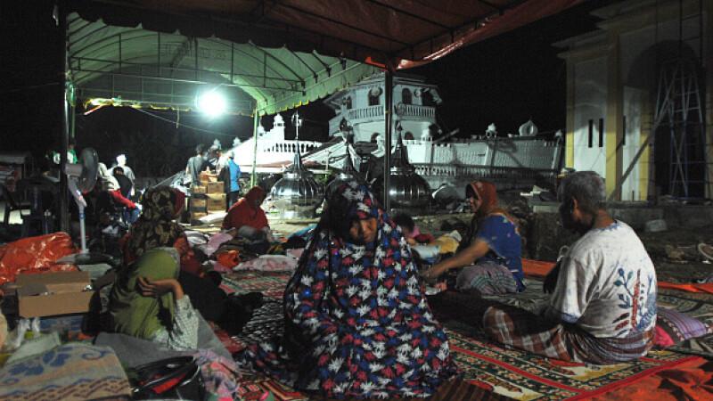 Peste 45.000 de persoane si-au parasit locuintele dupa seismul din Indonezia, soldat cu 100 de morti. Oamenii dorm in corturi