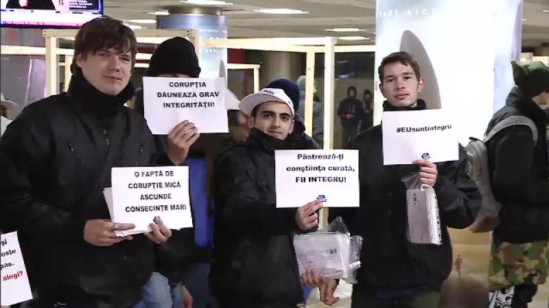 Lant uman in Pasajul Universitatii din Capitala. Elevii unui liceu au transmis un mesaj anticoruptie original