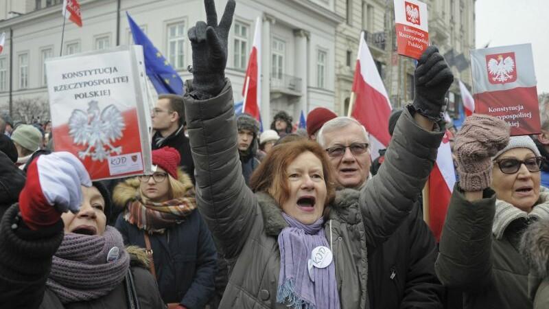 Peste 200 de deputati polonezi, blocati de protestatari in Parlament. Opozitia este acuzata ca a vrut sa preia ilegal puterea