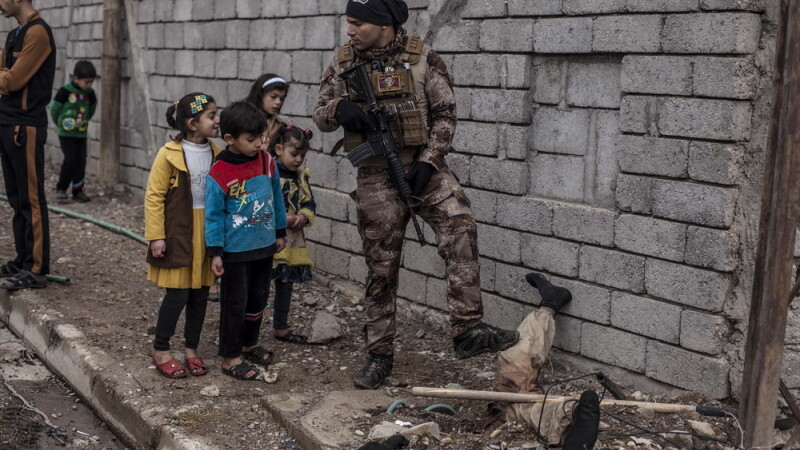 Luptator ISIS ucis la Mosul, ingropat pe jumatate, cu picioarele in sus. Ce reactie au copiii irakieni in fata imaginii dure