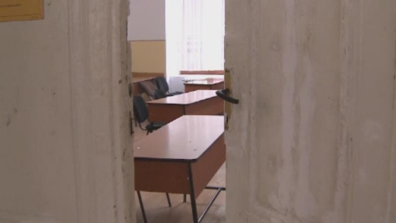 Elev de 16 ani, gasit inconstient in curtea unui liceu din Arad, dupa ce ar fi fumat droguri. Ce le-a spus medicilor