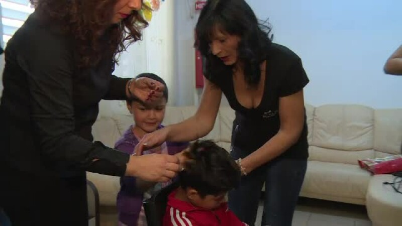 Angajatii unui salon de infrumusetare au strans bani pentru copiii din centrul de plasament.