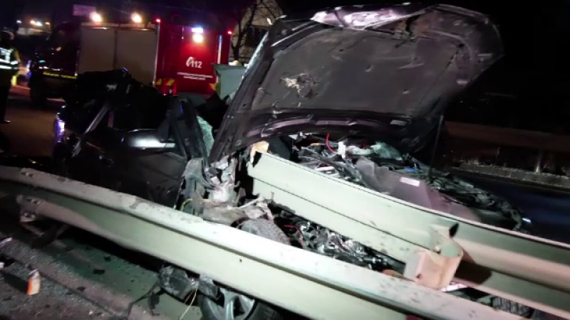O tanara de 19 ani a murit intr-un accident, dupa ce masina in care se afla s-a izbit de un cap de pod si s-a rupt in doua