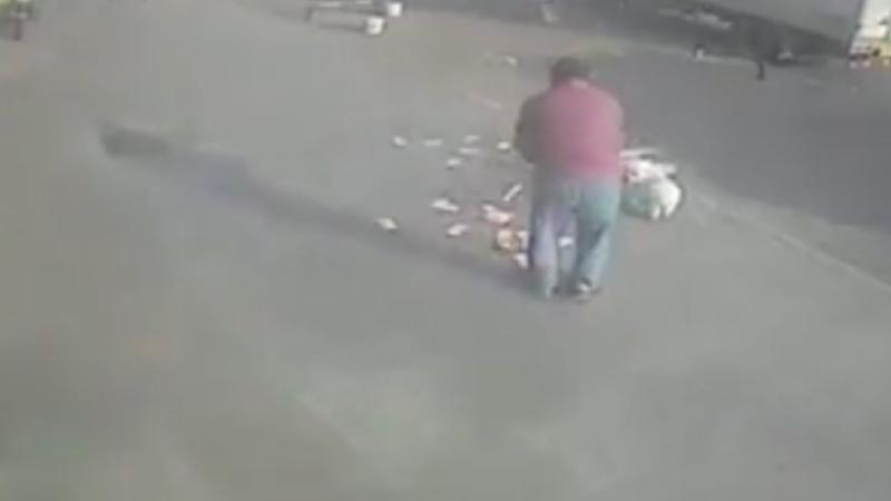Un chinez a iesit cu banii in mana din banca, dar vantul i-a suflat pe toti pe jos. Ce s-a intamplat in secunda urmatoare