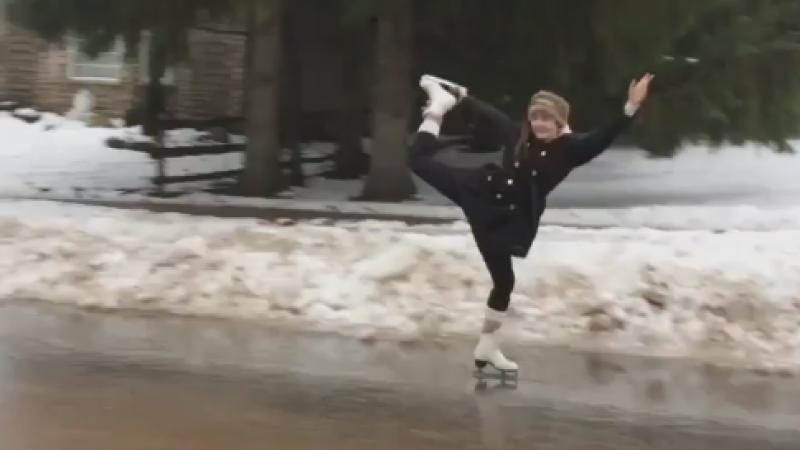 Patinaj pe strazi, in Canada. Oamenii au profitat de gheata si s-au plimbat ori au jucat hochei. VIDEO