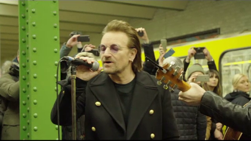 Bono, solistul U2, concert la o stație de metrou din Berlin