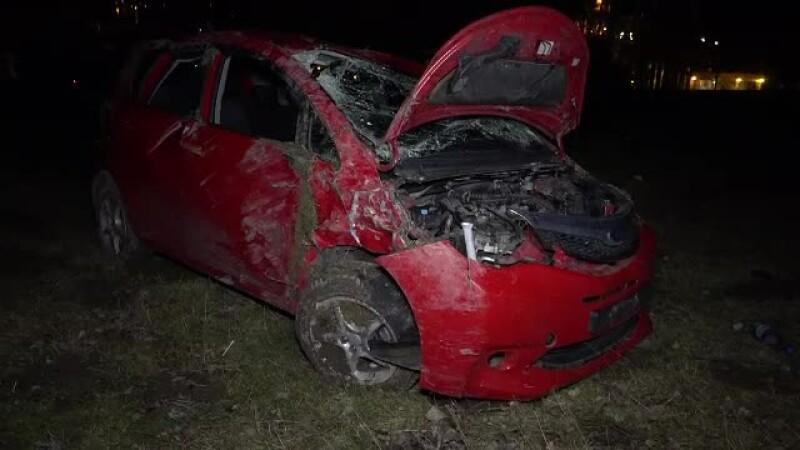 Trei tineri s-au răsturnat cu maşina pe câmp, în Argeş