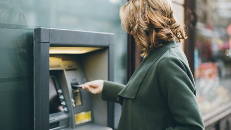 femeie bancomat