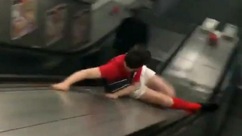"""Imaginile devenite virale. Cum a ales """"să coboare"""" un tânăr la metrou. VIDEO"""