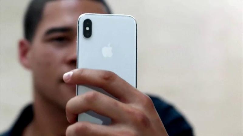 """Scandalul telefoanelor """"încetinite"""" de Apple. Gigantul riscă pagubă de 999 miliarde de dolari"""