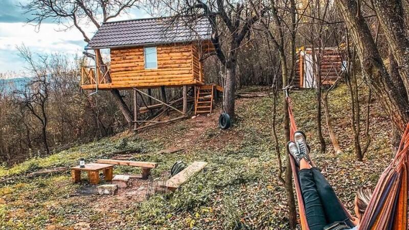 Cât costă o noapte de cazare într-o căsuță cochetă ridicată într-un copac