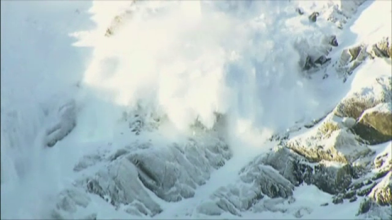 Operaţiunea de recuperare a turistului ucis de o avalanşă în Munţii Bucegi, reluată luni dimineaţa