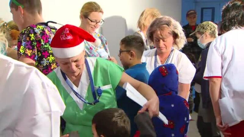 Spectacol pentru copii bolnavi oferit de medicii şi asistentele de la Fundeni