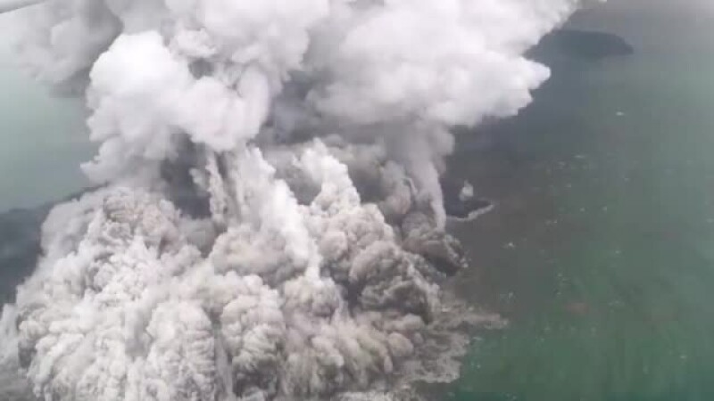 Momentul erupţiei vulcanului din Indonezia.