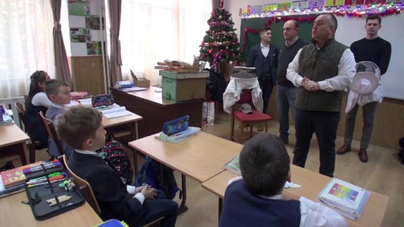 Elevii unei școli din Iași au avut parte de o surpriză dulce de Moș Nicolae. AU fost vizitați de apicultori