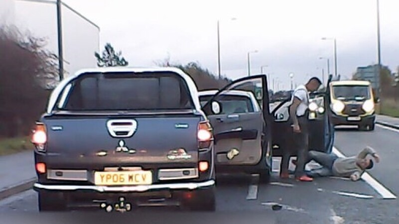 VIDEO. Momentul în care un șofer agresiv oprește o mașină și îl lovește pe bărbatul aflat la volan
