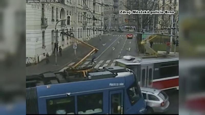Accident spectaculos în Cehia. Mașină, lovită de două tramvaie, într-o intersecție